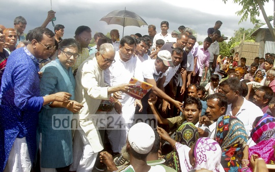 BNP Standing Committee Member Nazrul Islam Khan distributing relief goods among flood-affected people in Islampur's Guthail area in Jamalpur on Thursday.