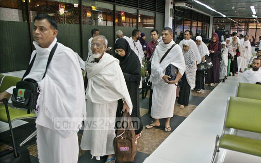 Muslim pilgrims line up to board a Biman Bangladesh aircraft at Dhaka's Shahjalal International Airport on Monday, as passengers of this year's first Hajj flight to Saudi Arabia.