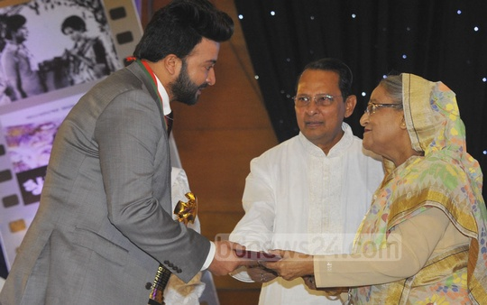 Bangla film hero Shakib Khan receives the best actor award. Photo: Yeasin Kabir Joy