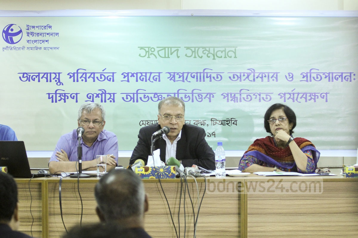 Transparency International Bangladesh Executive Director Iftekharuzzaman speaks at a programme for releasing a report on climate goals at Dhanmondi's MIDAS Centre on Monday. Photo: abdul mannan