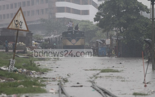 ​Railway tracks on the Dhaka-Narayanganj ​route went underwater in various ​spots​ after heavy rains​.​ ​T​his photo was taken at Gendaria​ ​on Wednesday.
