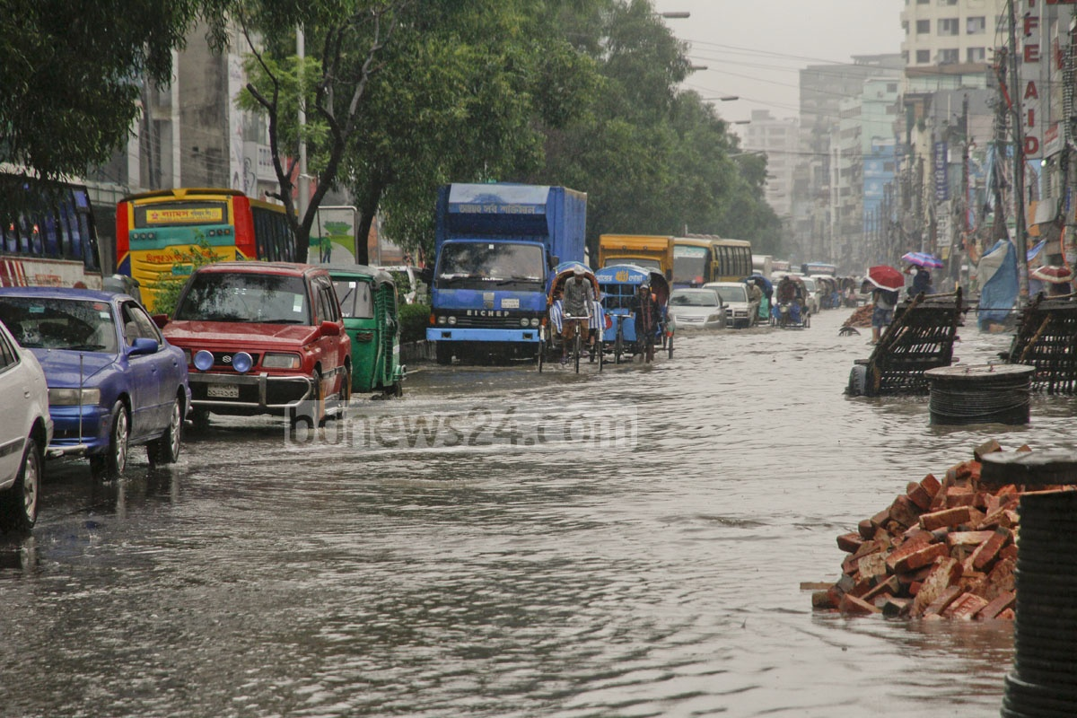 Engines turn off as vehicles struggle to cross the under-construction road waterlogged after heavy rains on Wednesday. Photo: tanvir ahammed