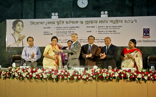 Rabindra Sangeet singer Rezwana Choudhury Bonna receiving the Feroza Begum Commemorative Gold Medal from Dhaka University Vice-Chancellor AAMS Arefin Siddique at a programme at Nabab Nawab Ali Chowdhury Senate Bhaban Auditorium on Thursday.
