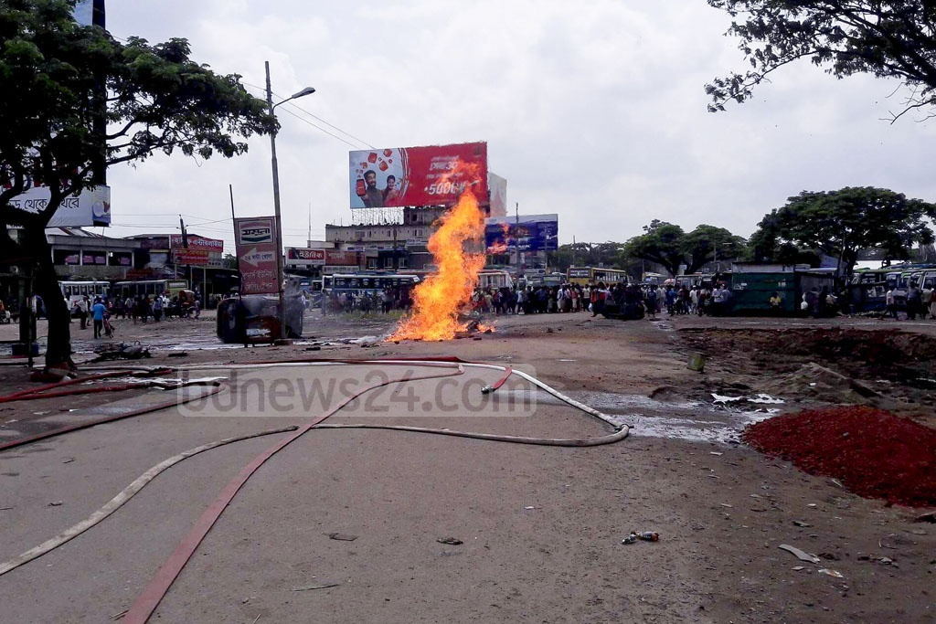 Six people were injured in a gas pipe blast near Kadamtoli Bus Stand in Sylhet on Friday. It also damaged several vehicles parked nearby.