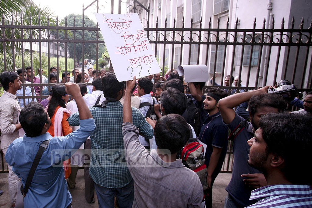 Students protest at the main entrance of the Dhaka University Senate Building against a Senate meeting convened for nominating vice-chancellor candidates on Saturday. The protesters demand inclusion of student representatives to the Senate through Dhaka University Central Students' Union or DUCSU election.