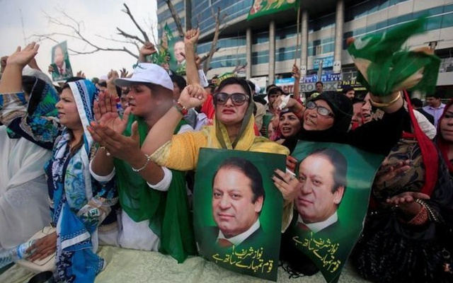 Supporters of Pakistan's Prime Minister Nawaz Sharif react after the Supreme Court's decision to disqualify Sharif, in Lahore, Pakistan Jul 28, 2017. Reuters