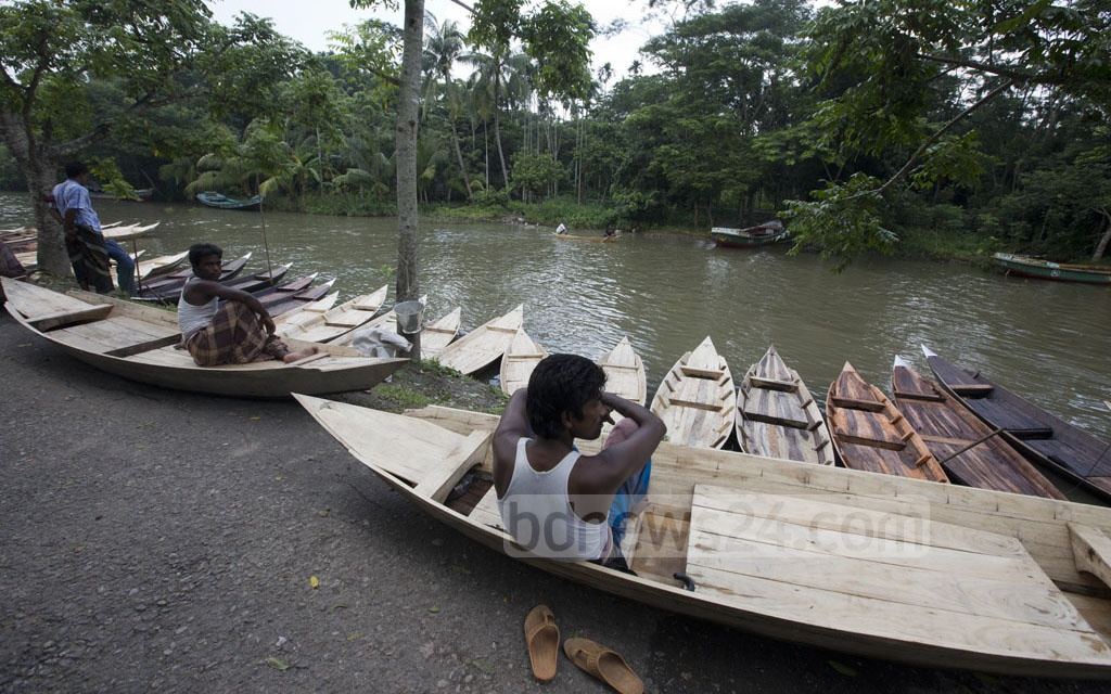 Sellers waiting for buyers with their new boats on Aatghar canal.