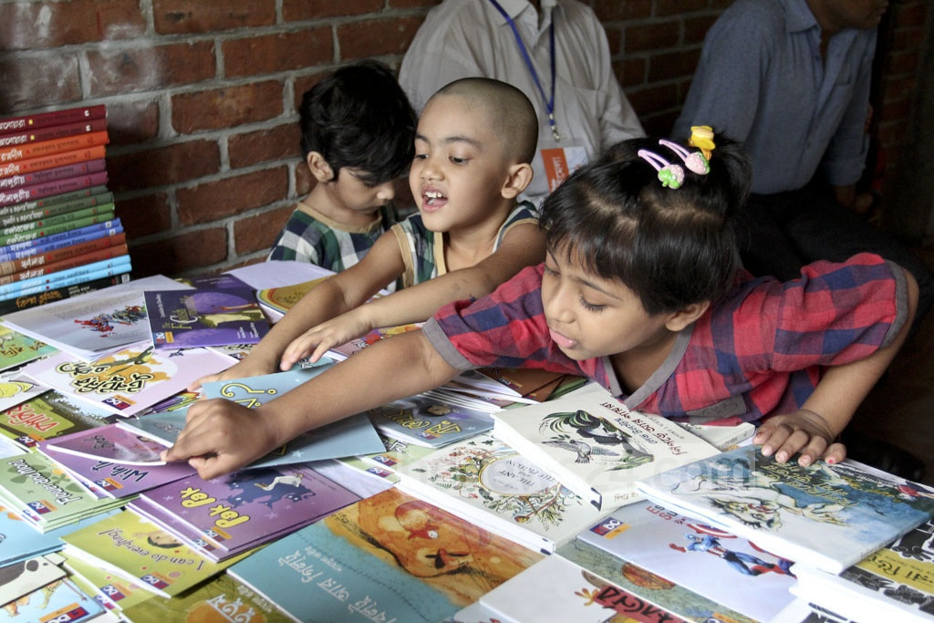 Students of Nalanda Bidyaloy check out books at the fair at Chhayanaut. Photo: asif mahmud ove