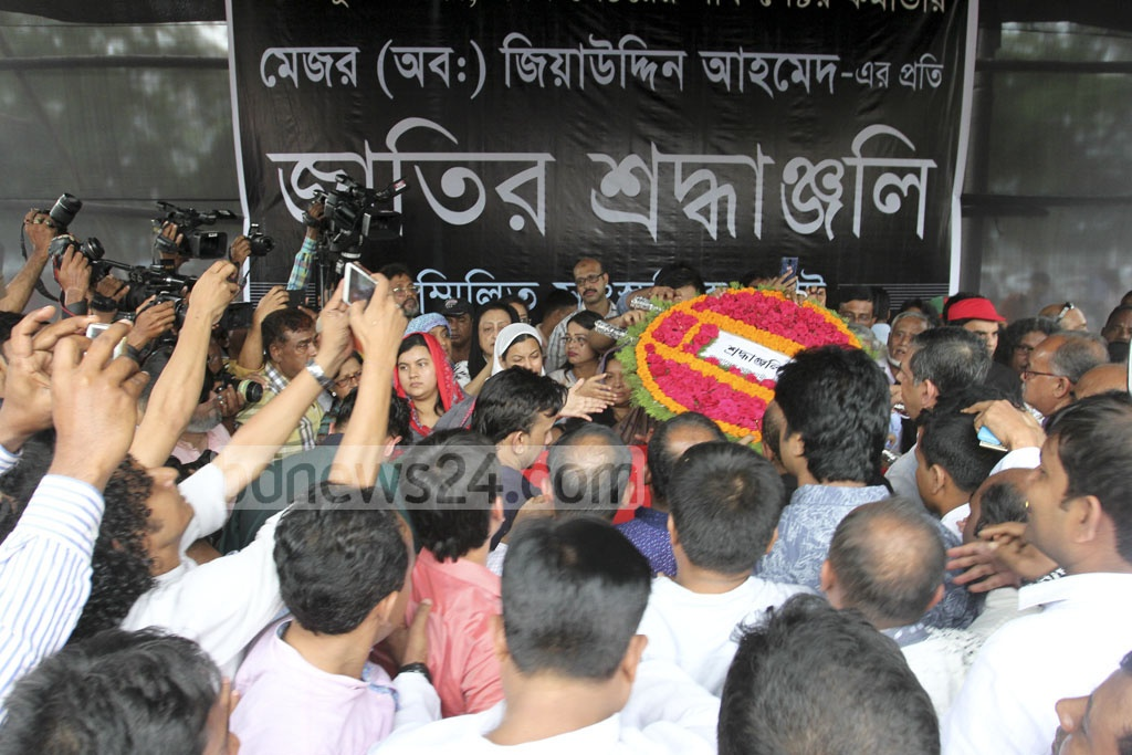 People from all echelons of society pay their last respects to freedom fighter Ziauddin Ahmed at the Central Shaheed Minar in Dhaka on Sunday. Photo: asif mahmud ove