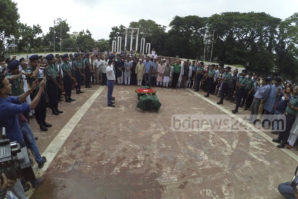 A contingent of Bangladesh Police gives a guard of honour to late Sub-Sector Commander Maj (retd) Ziauddin Ahmed at the Central Shaheed Minar in Dhaka on Sunday. Photo: asif mahmud ove