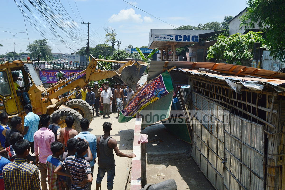 Railway authorities on Monday conducted an eviction drive on unauthorised shops and thatched houses that had sprouted alongside the railway lines at Chittagong's Tiger Pass area. Photo: suman babu