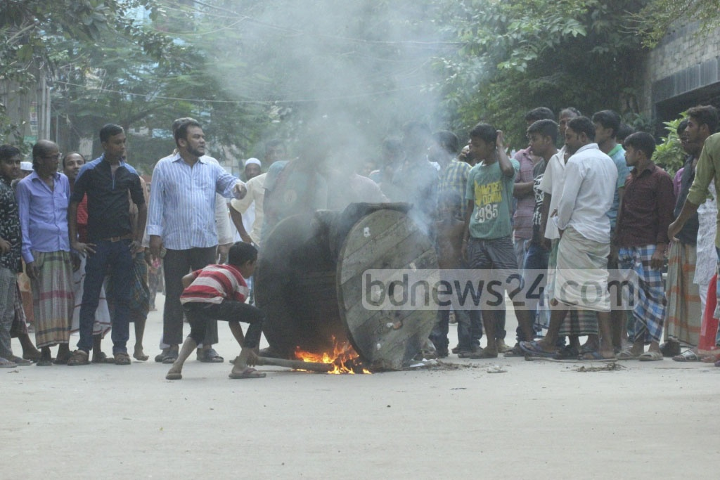 Locals demonstrate against the alleged murder of a house help in Dhaka's Banasree on Friday afternoon. Photo: abdul mannan