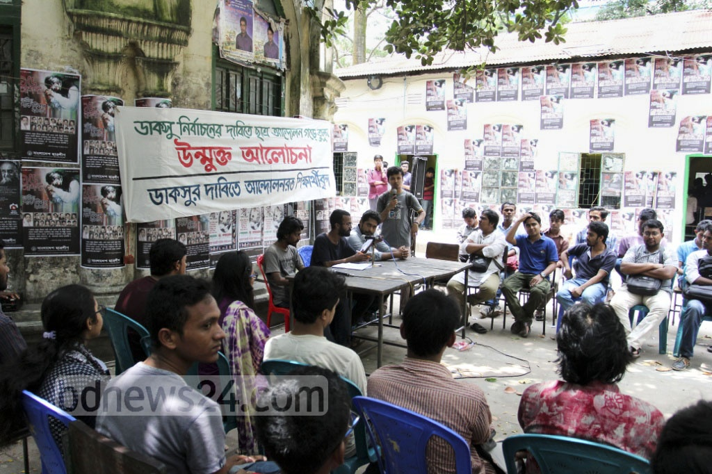 Dhaka University students take part in an open discussion in front of Modhur Canteen to demand immediate elections to the Dhaka University Central Students' Union or DUCSU on Thursday. Photo: asif mahmud ove