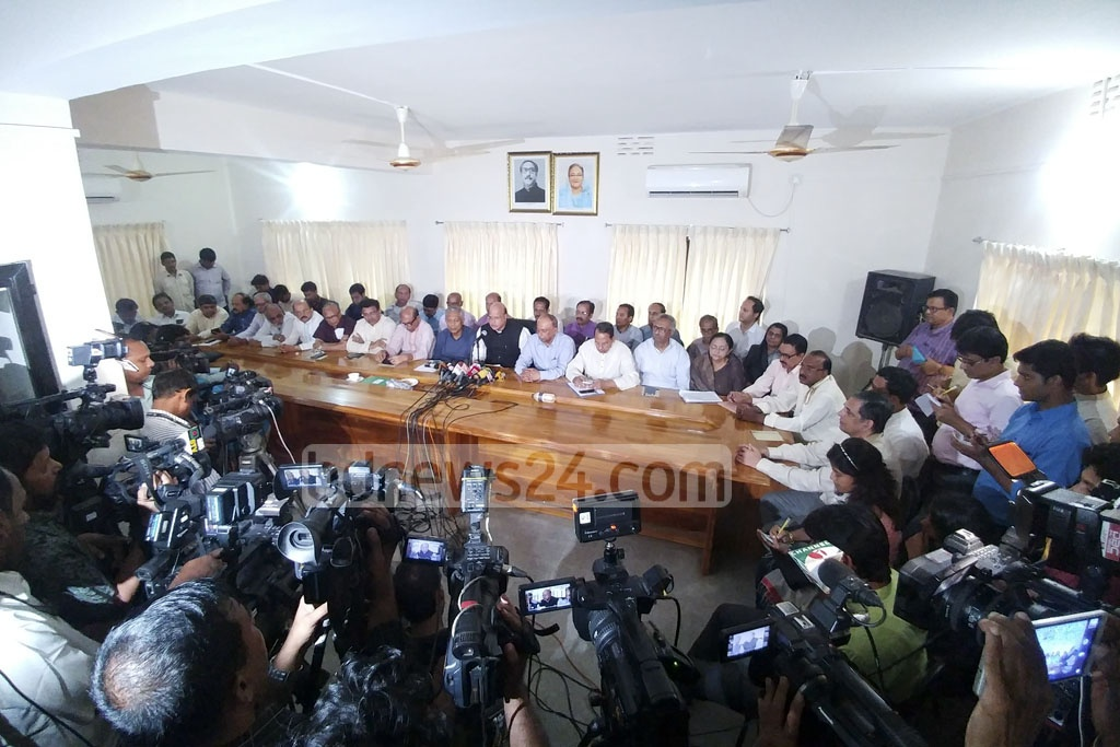 Senior Awami League leader Mohammed Nasim briefs the press at the Dhanmondi office of the ruling party chief after a meeting with 14-Party coalition leaders on Sunday. Photo: abdul mannan