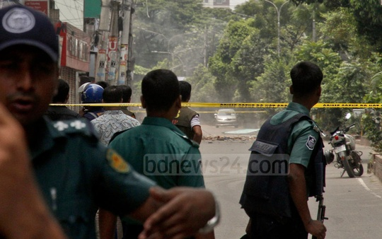 Security personnel guard a police cordon around Panthapath's Hotel Olio International during an anti-terror raid there on Tuesday morning. Photo: tanvir ahammed