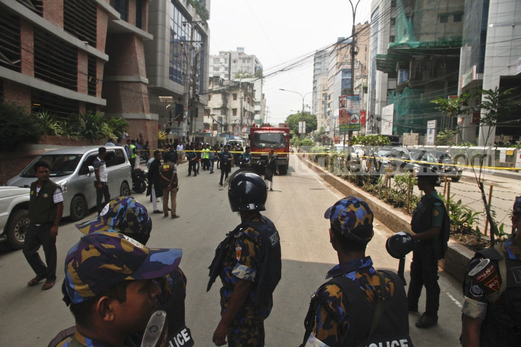 Personnel of the Armed Police Battalion guard a security cordon around Panthapath's Hotel Olio International during an anti-terror raid there by police and SWAT members on Tuesday morning. Photo: tanvir ahammed