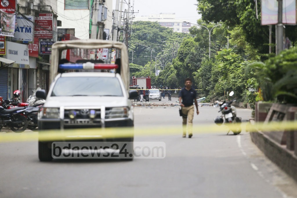 A one-kilometre stretch of road from Dhanmondi's Rasel Square to the Panthapath-Green Road intersection was blocked off during the anti-terror raid. Photo: tanvir ahammed