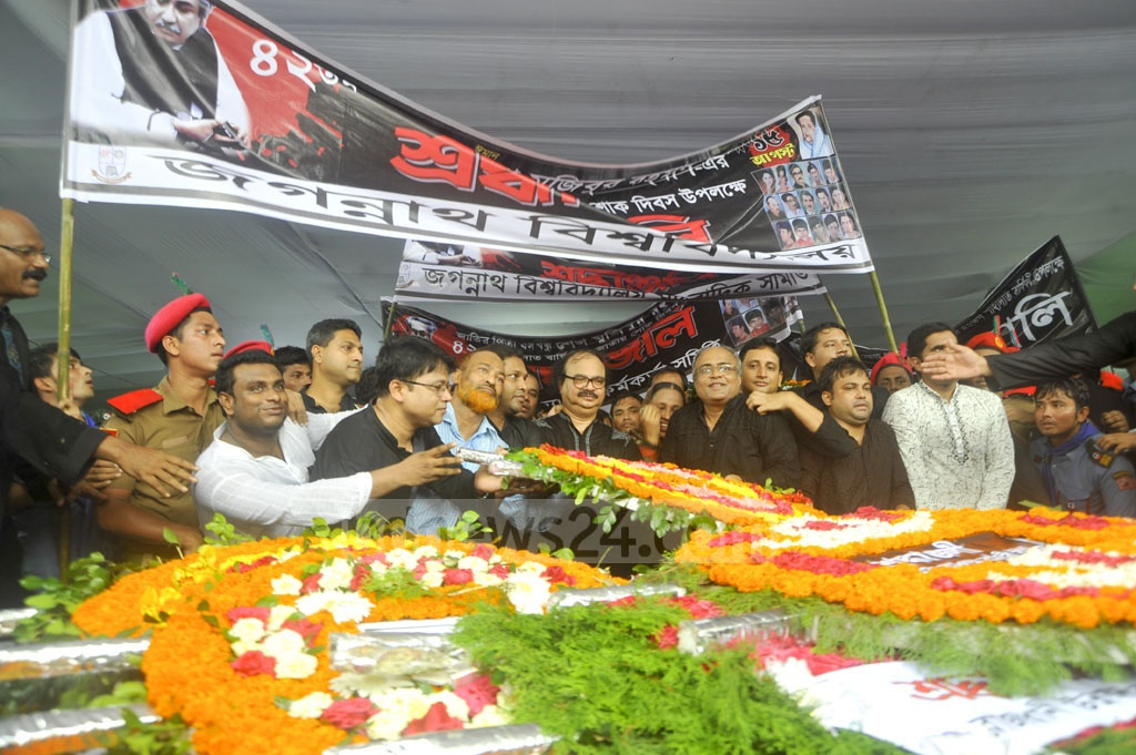 A Jagannath University delegation places floral wreath at the mural of Bangabandhu at his Dhanmondi 32 residence on the National Mourning Day on Tuesday. Photo: asif mahmud ove