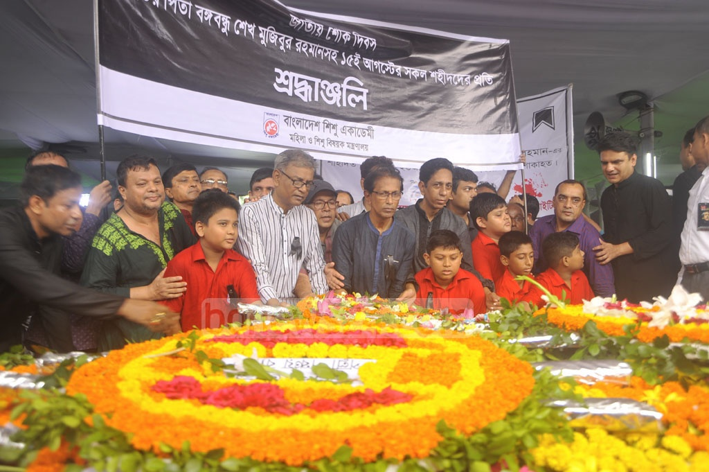 Various organisations pay their respects to Bangabandhu Sheikh Mujibur Rahman at Dhanmondi 32 on the National Mourning Day, marking his death anniversary on Tuesday. Photo: asif mahmud ove