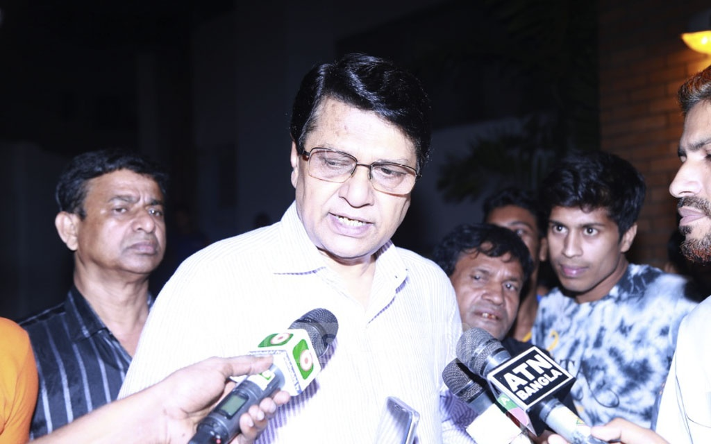 Actor Alamgir says he is not in the right frame of mind to give his reaction to the death of Abdur Razzak, fondly called Nayak Raj or King of heroes, at United Hospital in Dhaka on Monday.