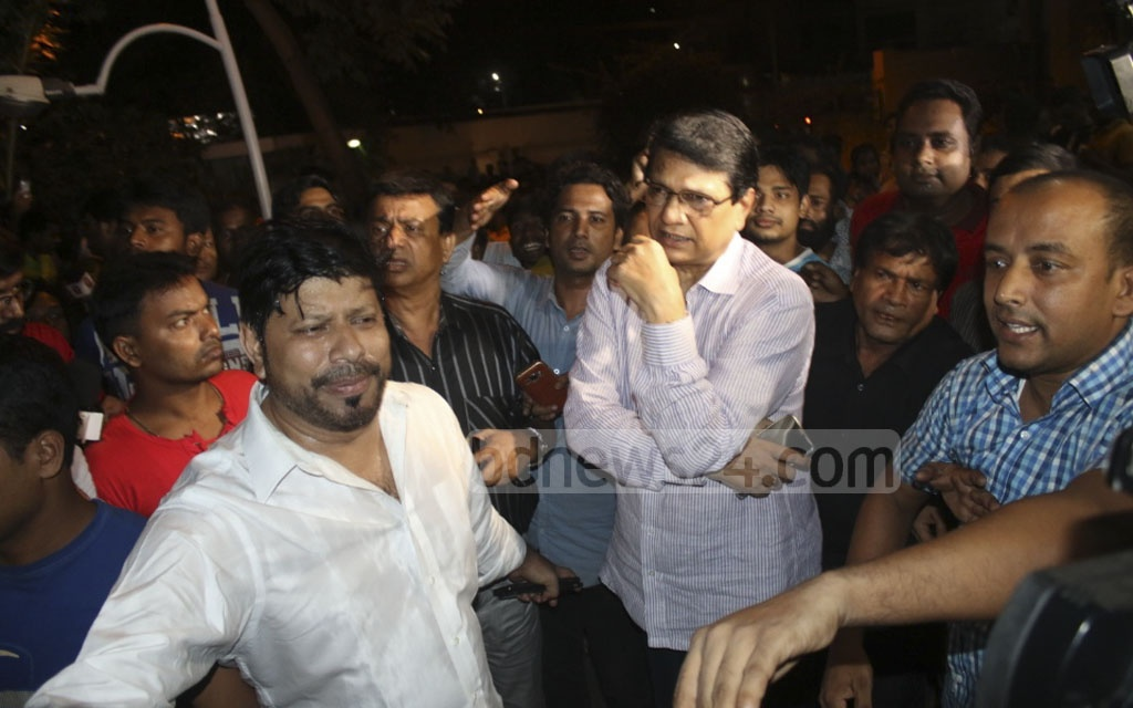 Actor Alamgir and producer Khorshed Alam Khasru break into tears as they arrive at United Hospital to see Razzak after the Bangla matinee icon's death on Monday.