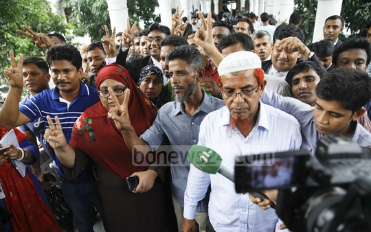 Family members of the victims of Narayanganj's infamous 7-murder hold up the victory sign at the High Court after death sentences for 15 killers were confirmed on Tuesday.