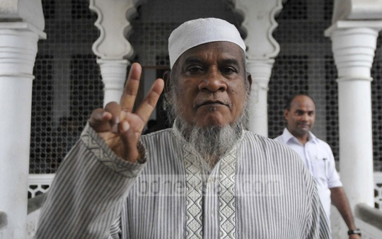 Shahidul Islam, father-in-law to murdered Narayanganj councillor Nazrul Islam, flashes the victory sign at the High Court where death sentences for 15 killers were confirmed on Tuesday.