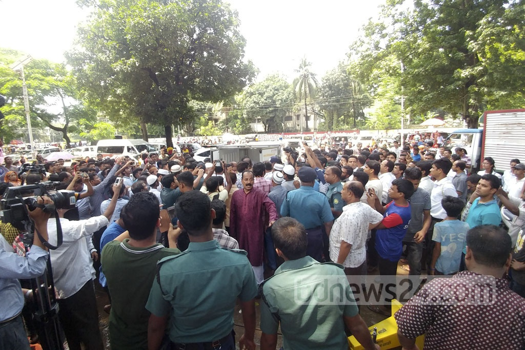 Mortal remains of legendary Dhallywood actor Abdur Razzak was brought at the Central Shaheed Minar premises on Tuesday. Photo: Abdul Mannan