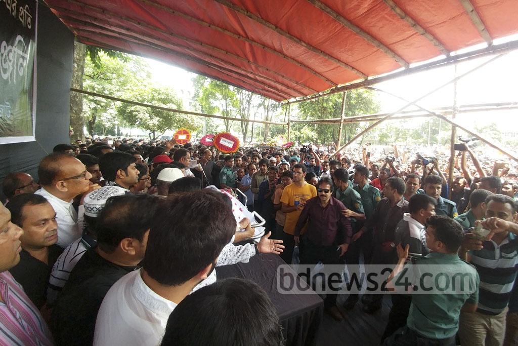 Thousands thronged the Central Shaheed Minar premises in Dhaka where the mortal remains of legendary Dhaliwood actor Abdur Razzak was brought on Tuesday. Photo: Abdul Mannan