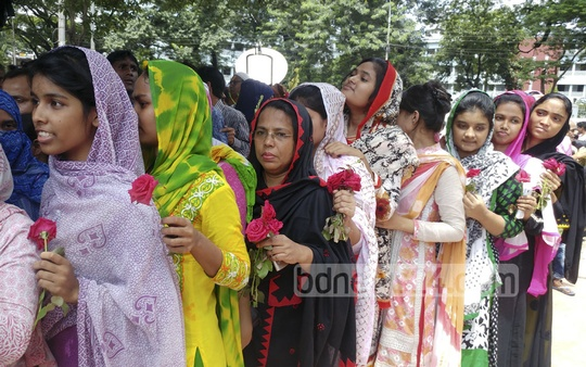Fans standing in queues to pay last respects to 'Nayak Raj' Razzak at the Central Shaheed Minar on Tuesday. Photo: Abdul Mannan