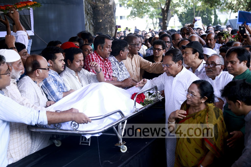 Information Minister Hasanul Haq Inu paying tributes to legendary Dhaliwood actor Razzak at the Central Shaheed Minar on Tuesday. Photo: Abdul Mannan