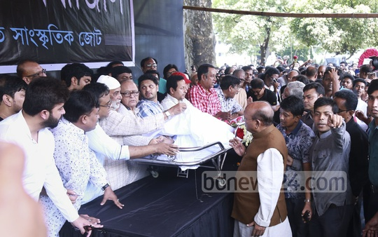Commerce Minister Tofail Ahmed pays tributes to legendary actor Abdur Razzak at the Central Shaheed Minar premises on Tuesday. Photo: Abdul Mannan