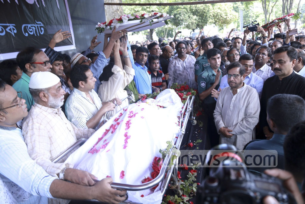 Cultural Affairs Minister Asaduzzaman Noor pays homage to legendary actor Abdur Razzak brought at the Central Shaheed Minar premises on Tuesday. Photo: Abdul Mannan