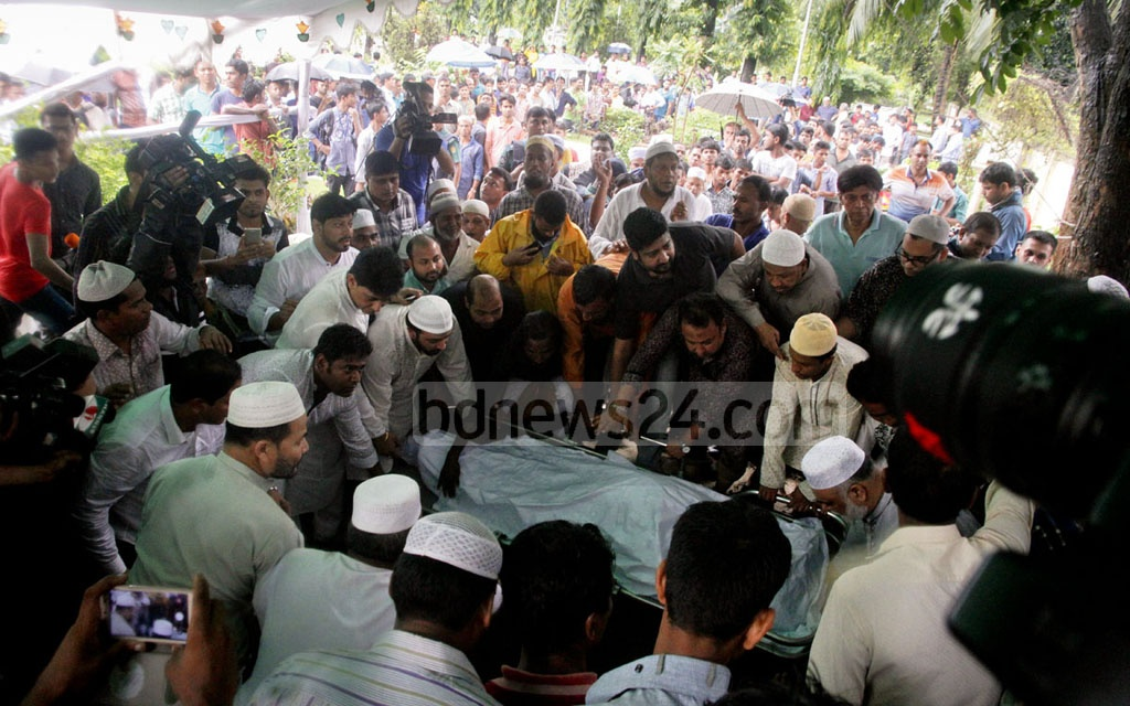 Abdur Razzak, fondly known as Nayak Raj, was laid to rest at the Banani graveyard. Photo: tanvir ahammed