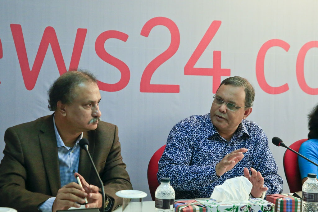 Ekushey TV CEO Manjurul Ahsan Bulbul takes part in the discussion on 'Children in Media' at the bdnews24.com office on Thursday.