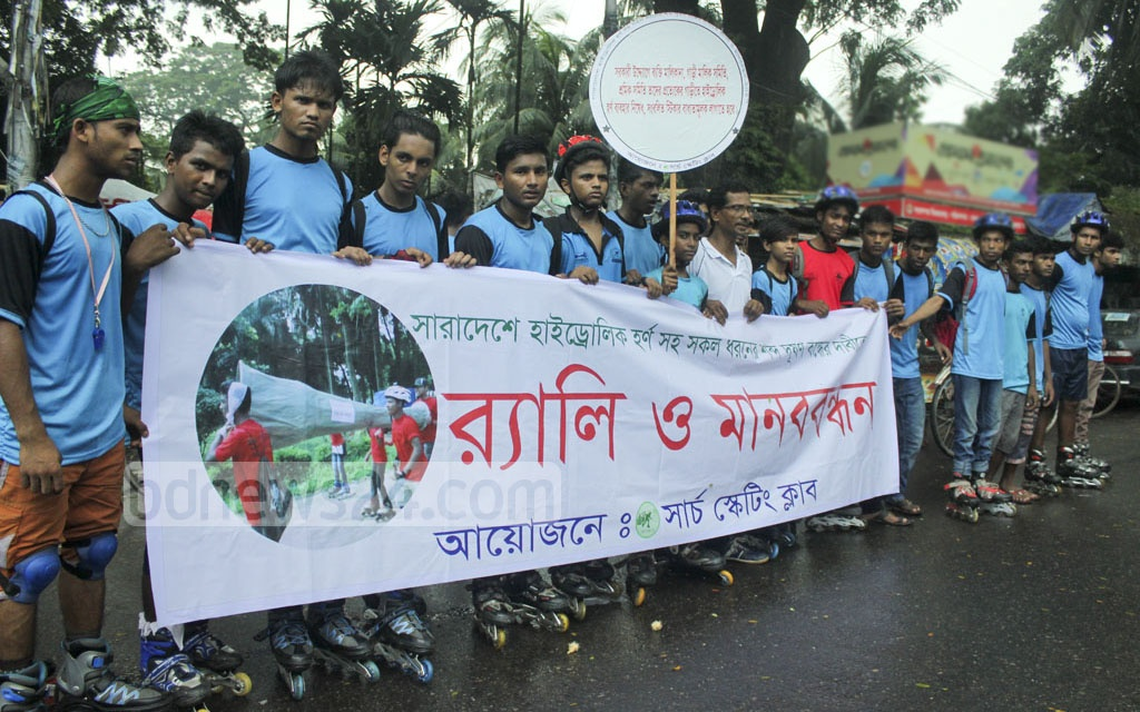 A group of roller skaters organise a demonstration against the use of hydraulic horns in vehicles. Photo taken near the National Press Club on Friday. Photo: abdul mannan