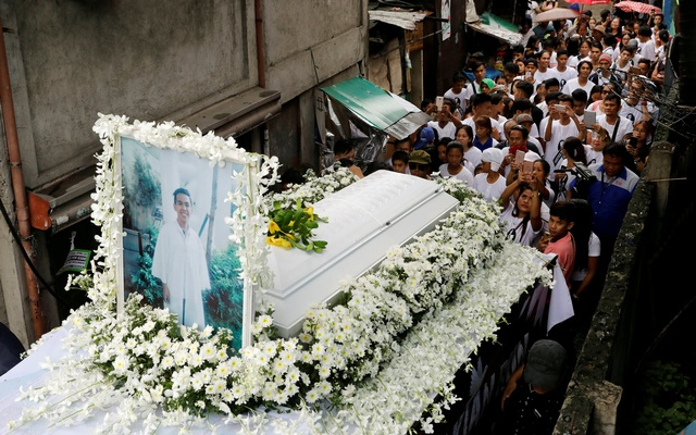Mourners take part in the funeral march of Kian delos Santos, a 17-year-old student who was shot during anti-drug operations in Caloocan, Metro Manila, PhilippinesAug 26, 2017. Reuters