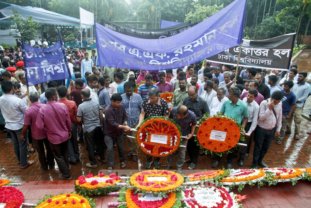 Student delegations from different residential halls of Dhaka University visit the grave of National Poet Kazi Nazrul Islam on campus, marking his 41st death anniversary on Sunday. Photo: tanvir ahammed