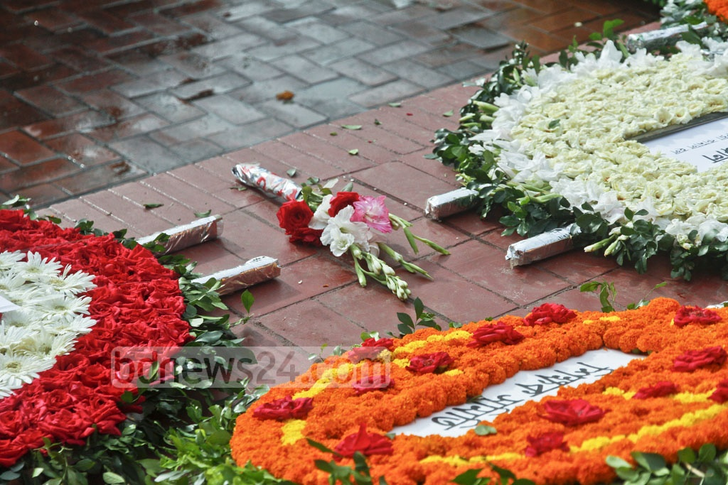 Grave of National Poet Kazi Nazrul Islam in Dhaka gets swarmed with floral wreaths on Sunday, when the nation observed 41st death anniversary of the national poet. Photo: tanvir ahammed