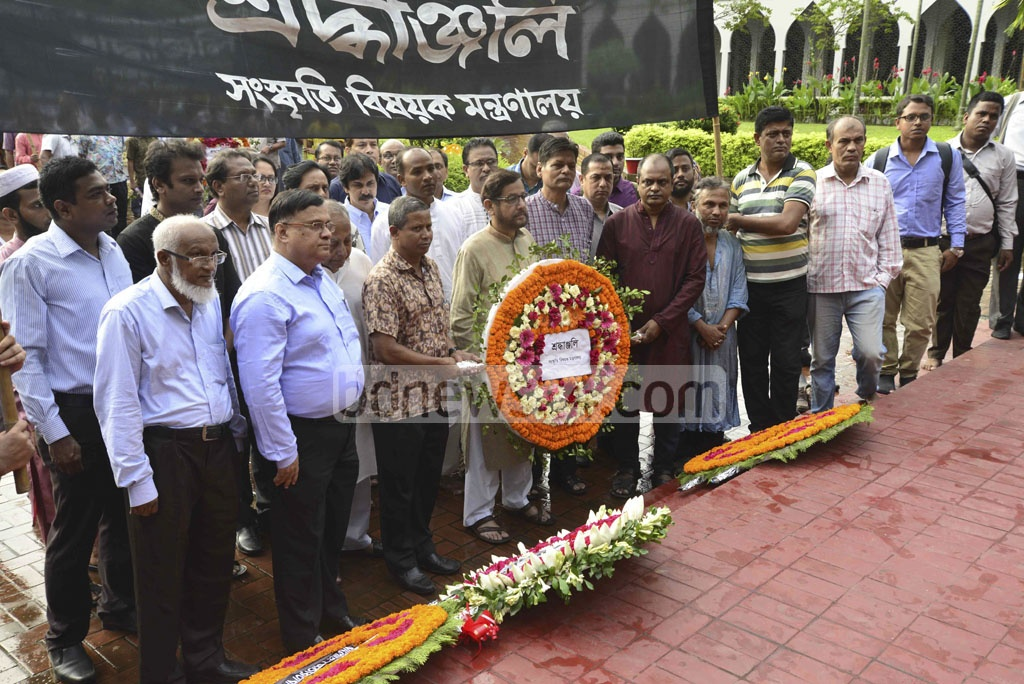 Cultural Affairs Minister Asaduzzaman Noor pays respects at the grave of National Poet Kazi Nazrul Islam marking his 41st death anniversary on Sunday. Photo: tanvir ahammed