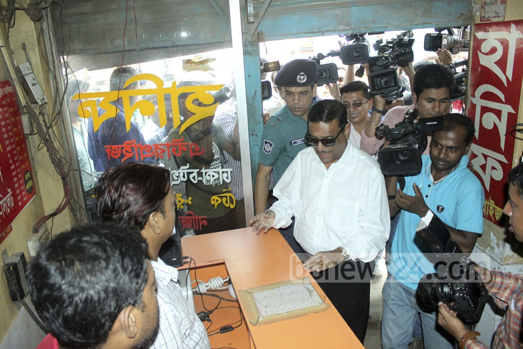 Road Transport and Bridges Minister Obaidul Quader visits Dhaka's Sayedabad Bus Terminal on Tuesday to check out on a vigilance team deployed there to prevent drivers from charging commuters extra fare before Eid. Photo: abdul mannan