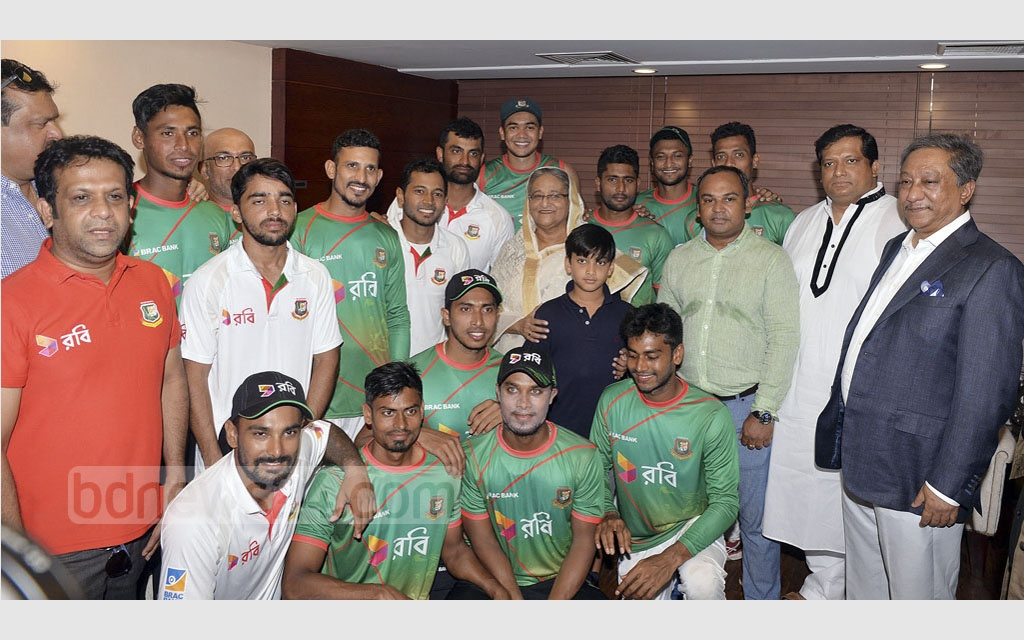Prime Minister Sheikh Hasina poses with the Bangladesh cricket team after their first-ever victory over Australia in Test at Dhaka's Sher-e-Bangla National Cricket Stadium on Wednesday. Photo: BCB