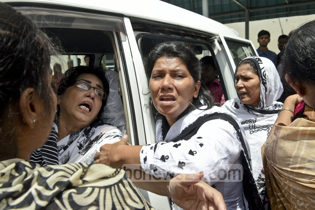 Family members and friends break into tears after learning of the death of singer Abdul Jabbar at Dhaka's Bangabandhu Sheikh Mujib Medical University on Wednesday.