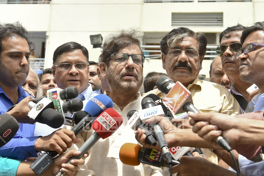 Cultural Affairs Minister Asaduzzaman Noor speaks to reporters after the death of singer Abdul Jabbar at Dhaka's Bangabandhu Sheikh Mujib Medical University on Wednesday.