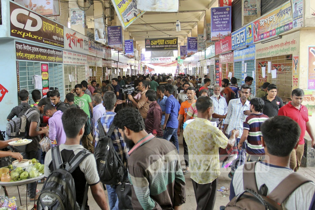 People looking to travel before Eid throng Dhaka's Gabtoli Bus Terminal on Wednesday. Photo: asif mahmud ove