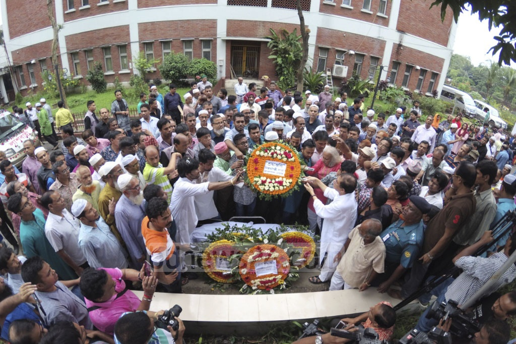 People from all walks of life gather at the Bangladesh Betar premises on Thursday to pay their last respects to veteran singer Abdul Jabbar. Photo: asaduzzaman pramanik