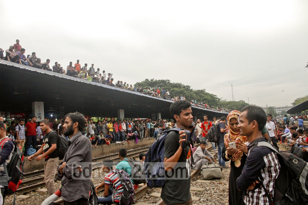 Homebound Eid holidaymakers throng Dhaka Airport Railway Station on Thursday. Photo: tanvir ahammed