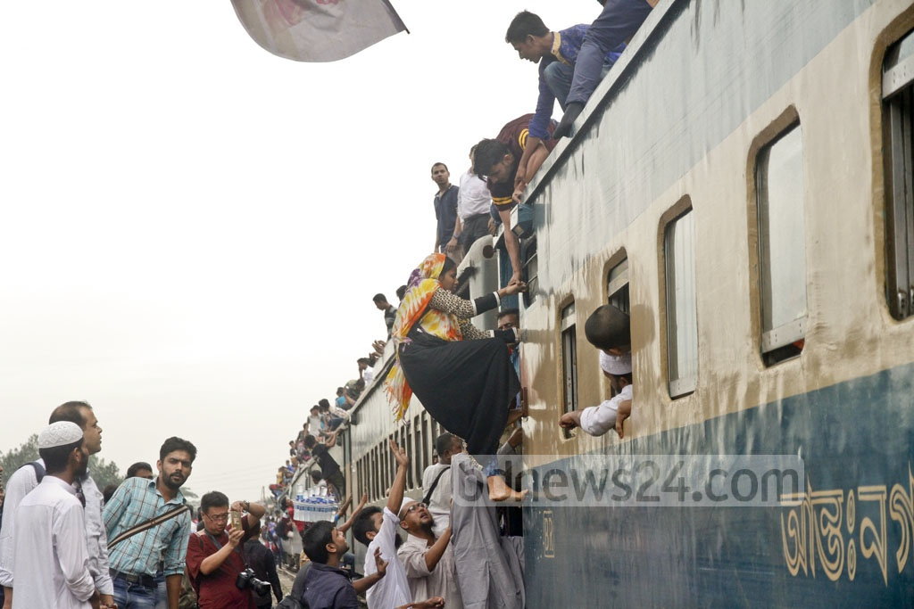 People trying to ride the roof of a train at Dhaka Airport Railway Station on Thursday in desperate efforts to celebrate Eid-ul-Azha with their families back home as the compartments are already crammed with homebound holidaymakers. Photo: tanvir ahammed