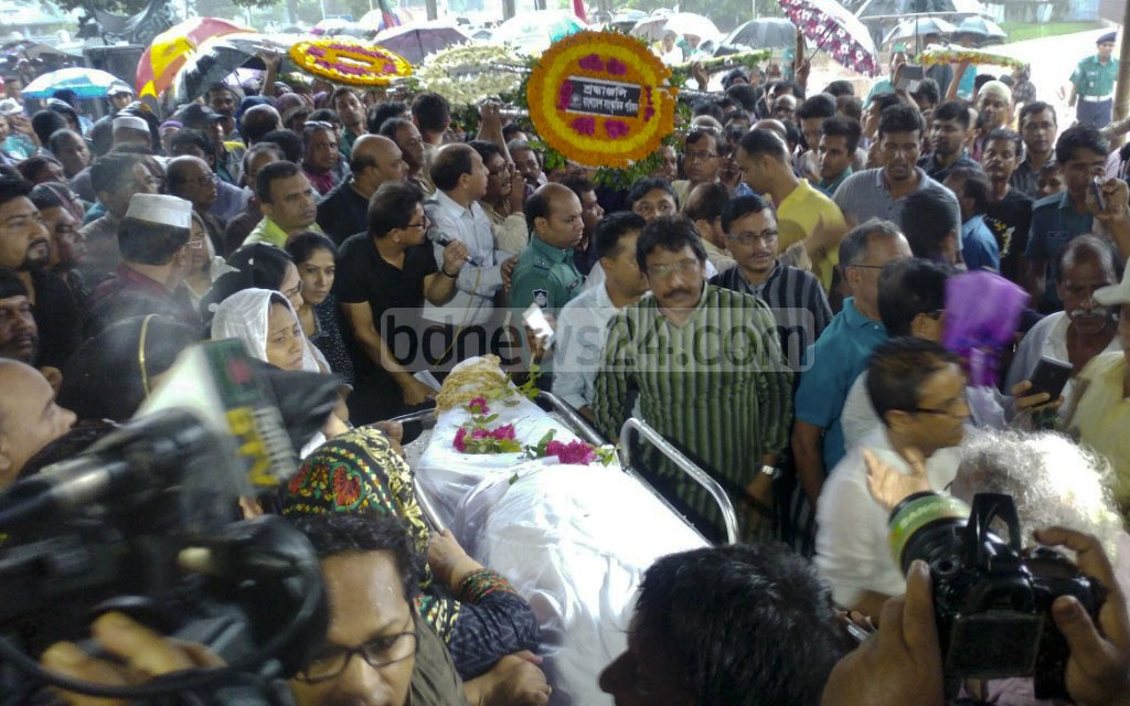 Hundreds throng the Central Shaheed Minar premises in Dhaka on Thursday to pay their final respects to departed singer Abdul Jabbar. Photo: abdul mannan