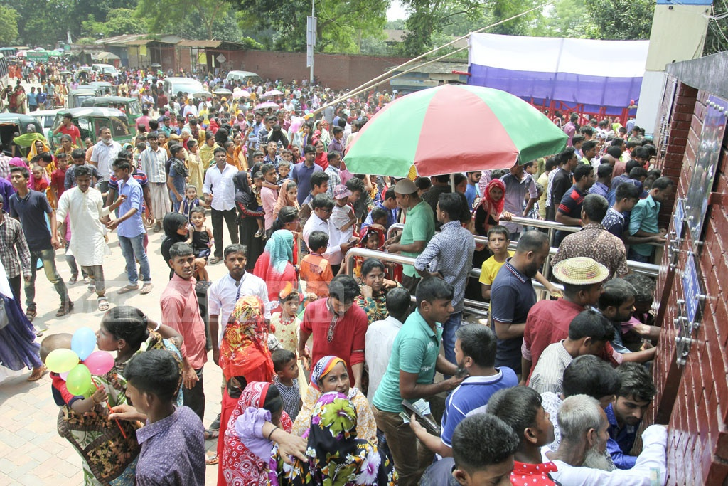 Visitors wait in long queues at Dhaka Zoo a day after the Eid on Sunday. Photo: asif mahmud ove